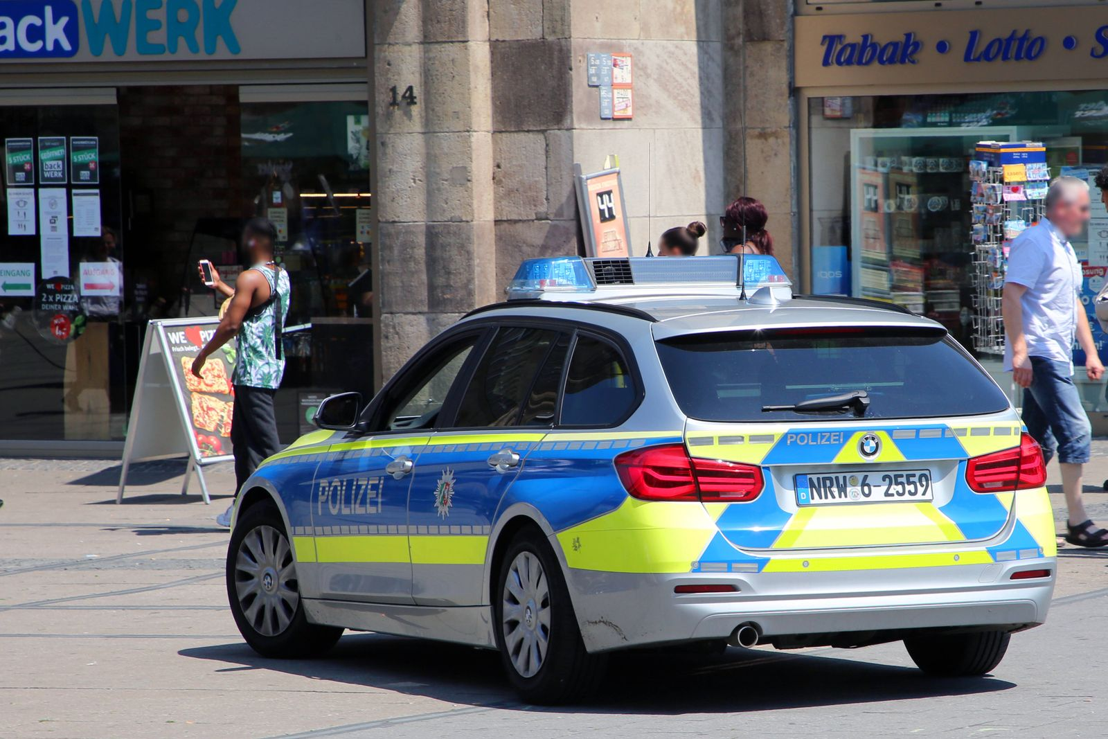 Kontrolle in der Innenstadt Streifenfahrt der Polizei in der Essener Innenstadt Essen Nordrhein-Westfalen Deutschland Wi
