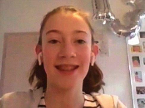 Leonie, 13, kommt aus Düsseldorf. Sie tanzt und spielt Querflöte. Bei Instagram und TikTok vermeidet sie es, ihren echten Namen zu nennen und ihr Gesicht zu zeigen.