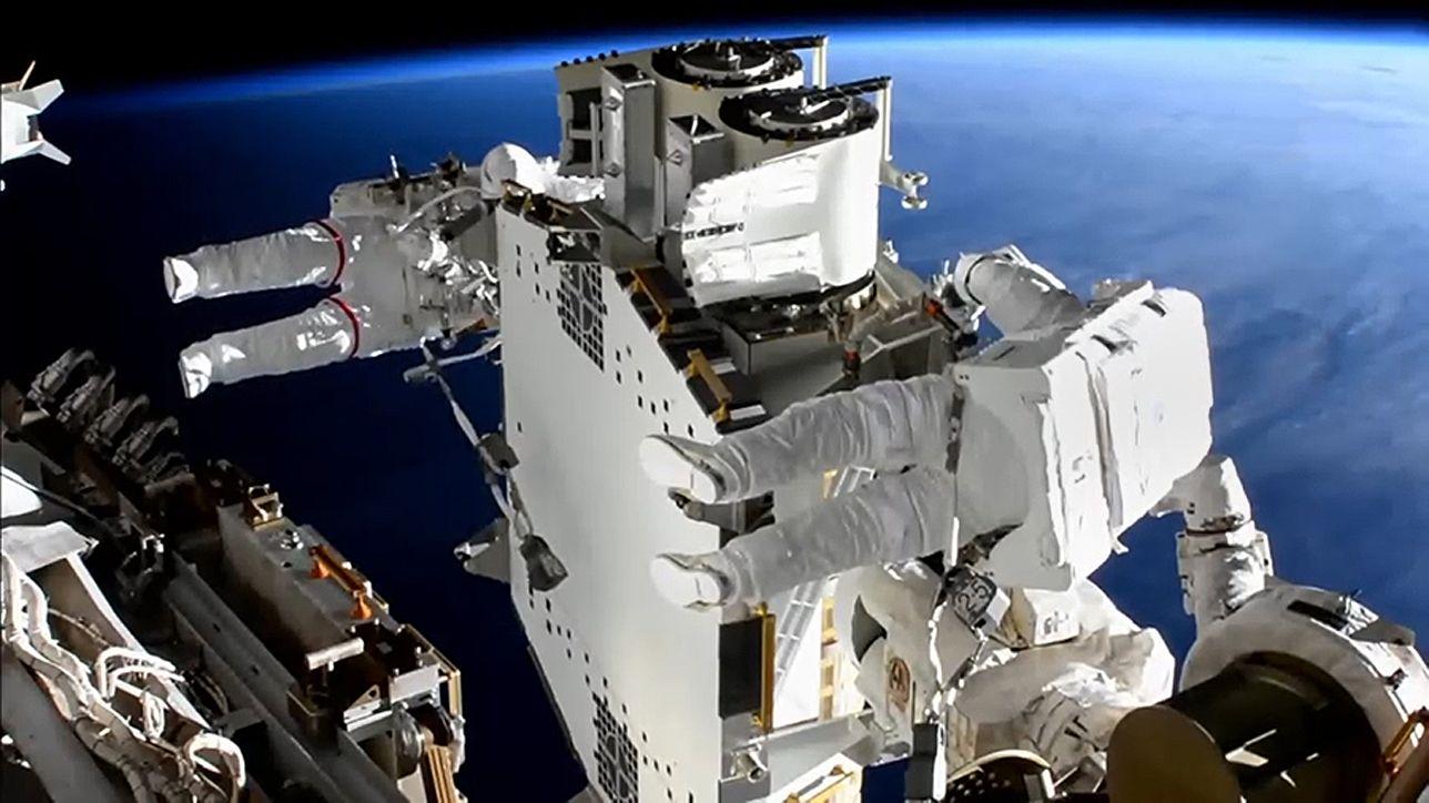 Astronauten bringen erstes neues Sonnensegel an ISS zum Einsatz