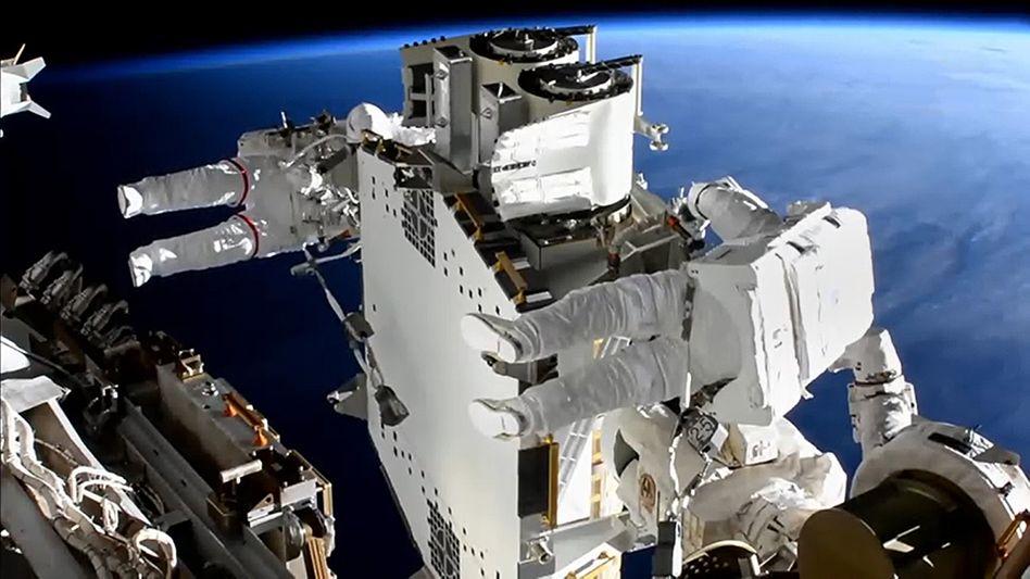 Die Astronauten Shane Kimbrough (vorn) und Thomas Pesquet arbeiten an der Solaranlage der Internationalen Raumstation ISS