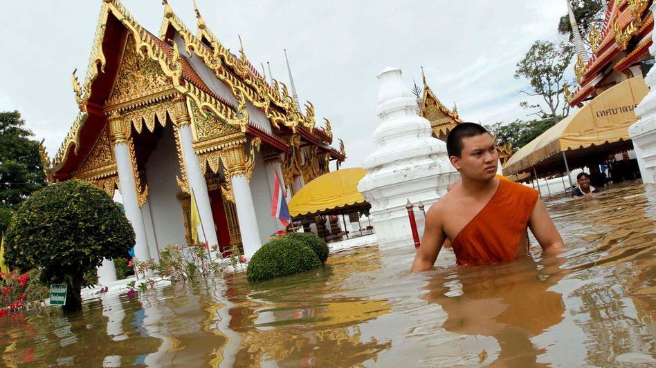 Tempel in der Provinz Ayutthaya: Die Flüsse treten über die Ufer
