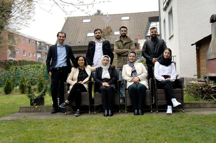 Hintere Reihe von links: Fahimas Neffen Michael, Darab, Sohrab und ihr Bruder Bashir. Vorne von links: Fahimas Schwestern Anisa, Zarghona, Fahima selbst und ihre Nichte Mariam