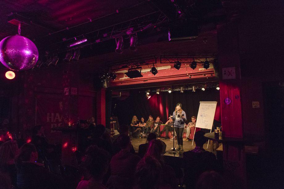 Poetry-Slams finden meist auf den Bühnen von Theatern oder Musikklubs statt. Hier tritt Anastasia im Kieler Kulturzentrum Pumpe auf.