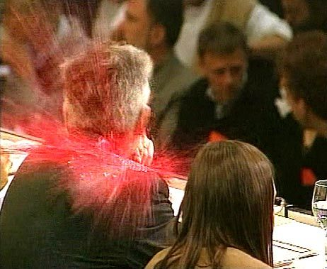 Da wurde er plötzlich rot: Farbbeutel-Attacke auf Joschka Fischer am 13. Mai 1999