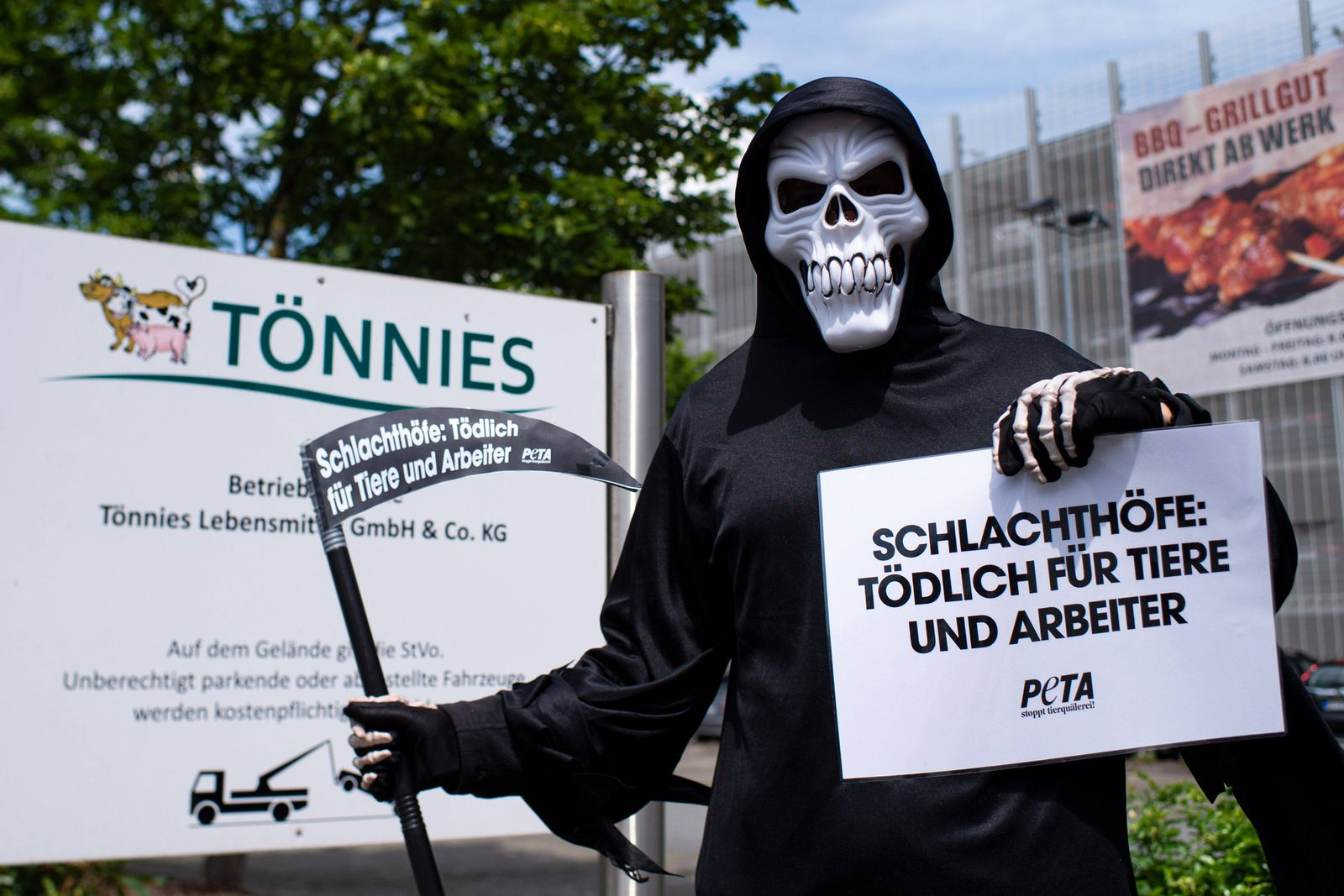 19.06.2020: Coronavirus - Demonstration von PETA nach Ausbruch bei Tönnies : Demonstranten der Tierschutzorganisation PE