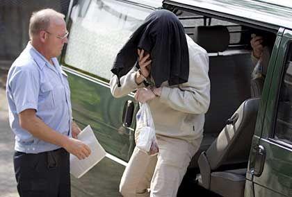 Angeklagter im Hildesheimer Prügel-Prozess im Juni 2004: Erneut haben Schüler Gewalt gefilmt