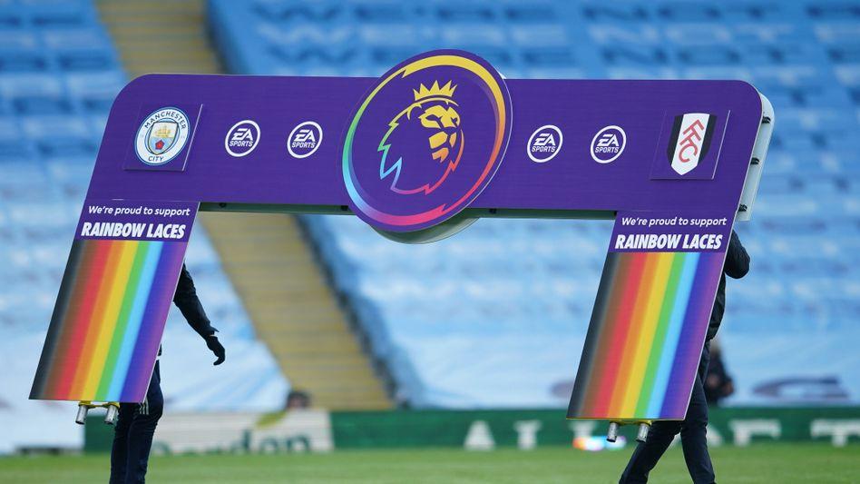 Wie sehr passen die Regenbogenfarben und der Fußball schon zusammen?