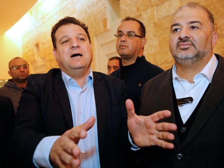 Benjamin Netanyahu spricht neuerdings mit ihm: Mansur Abbas (r.), ein bislang führender Politiker des arabischen Vierparteienbündnisses »Gemeinsame Liste«