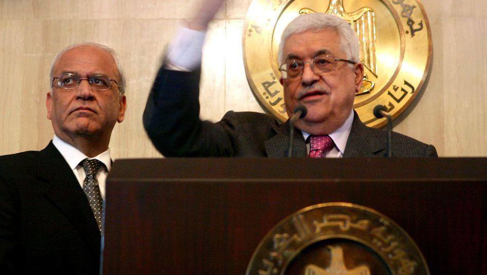Palästinenserpräsident Abbas (r, ) Chefunterhändler Erakat: Zu nachgiebig?