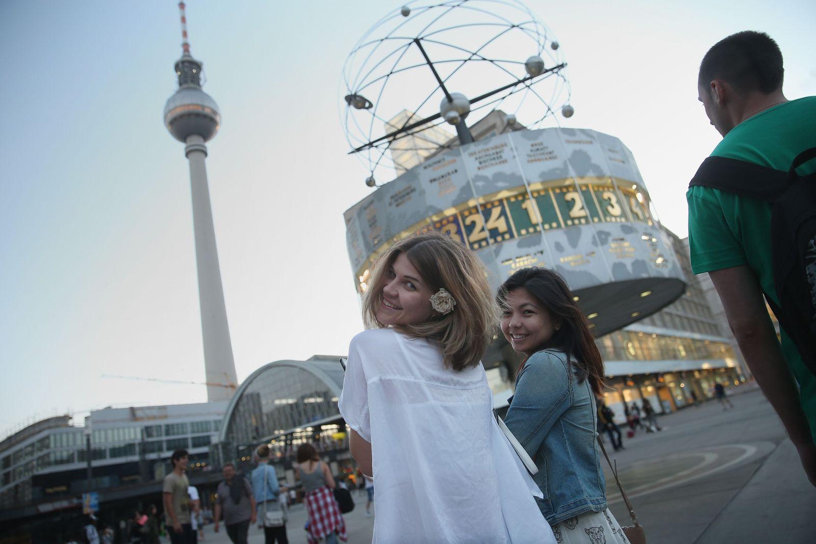 Berlin/ Alexanderplatz/ Touristen