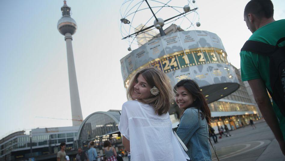 """Touristen am Alexanderplatz: """"Weiterhin unbesorgt Selfies machen"""""""