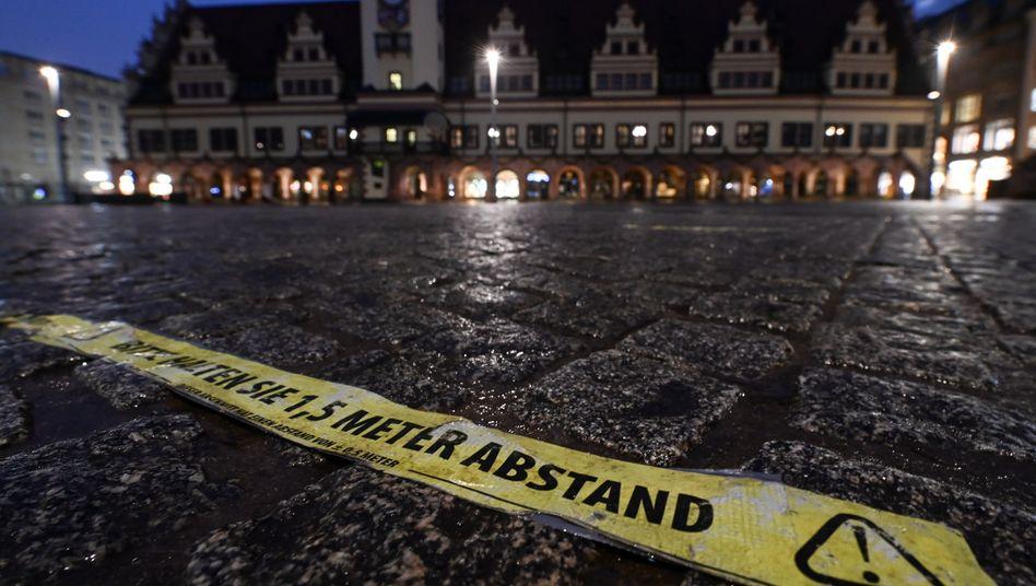 Markierung vor dem Alten Rathaus in Leipzig: In vielen Regionen Sachsens sind die Infektionszahlen derzeit sehr hoch