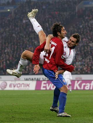 Bayern-Stürmer Klose (r., gegen Dogan): Eine Halbzeit ausgeglichen