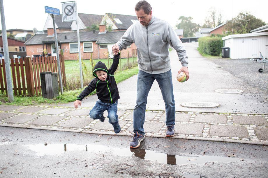 Papa hat sich frei genommen: Daniel mit seinem Vater Jesper Sørensen beim Spazierengehen