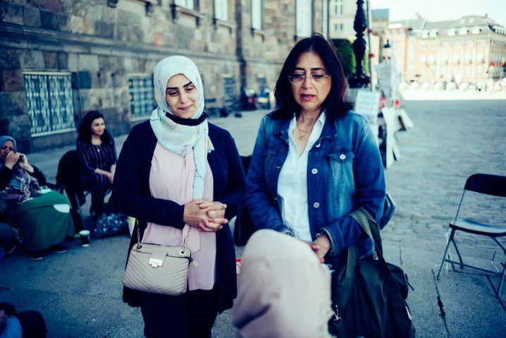 Syrische Frauen vor dem dänischen Parlament: »Wir sind Mütter, keine Verbrecher«