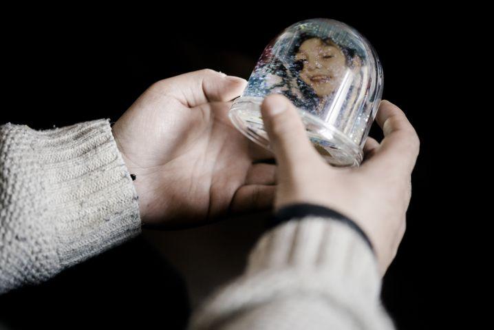 Schneekugel mit Erinnerungsfoto von Sascha: Er konnte sich kaum bewegen, nicht reden
