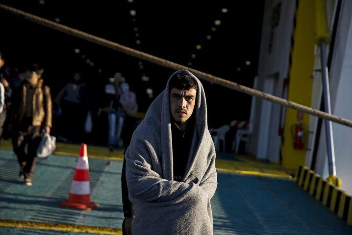 Transport per Fähre: Ein Flüchtling kommt im Hafen von Piräus an