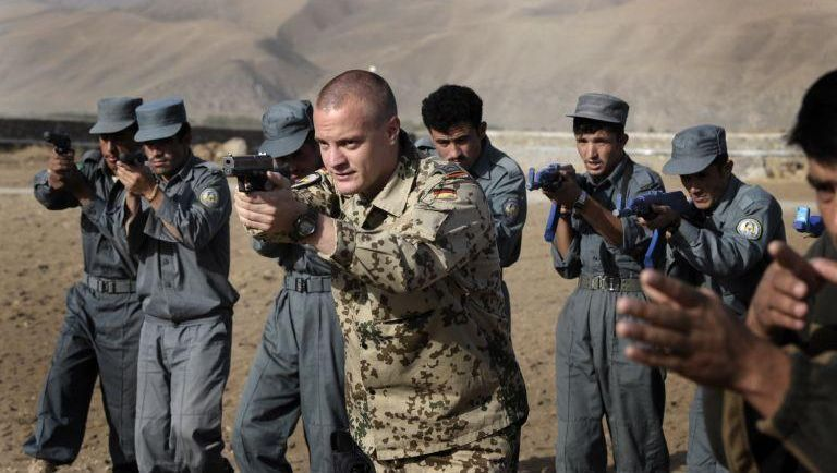 Bundeswehrsoldat bei der Polizeiausbildung: McChrystal fordert mehr Engagement