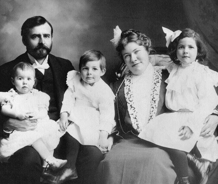 Ernest Hemingway, 60. Todestag am 2. Juli April 2, 2021, USA: Hemingway family portrait. From left to right: Ursula, Cla