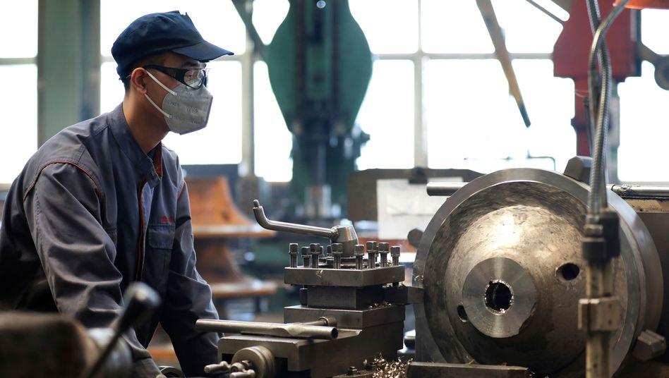 Arbeiter in China: Die Produktion ist wieder angelaufen - aber gibt es auch genügend Abnehmer?