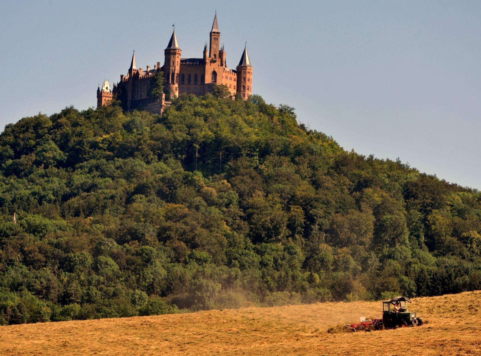 Heuwenden vor der Burg Hohenzollern bei Bisingen