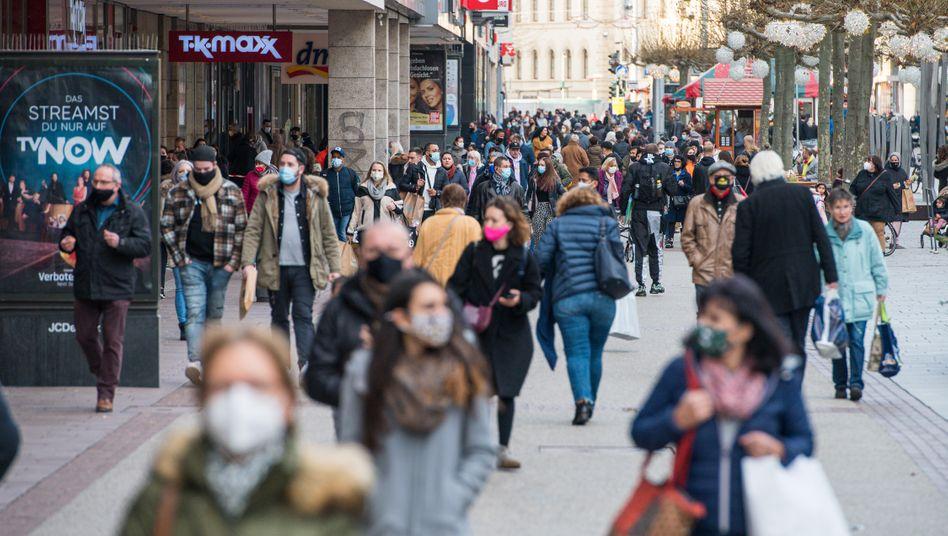 Passanten in der Saarbrücker Innenstadt: Die Diskussion um immer neue Grenzwerte ist wohl auch ein Hinweis auf die zunehmende Hilflosigkeit der Politik