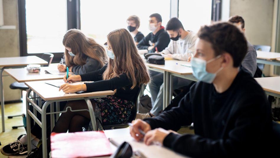 Schüler mit Mund- und Nasenschutz während des Unterrichts an einem Gymnasium im bayerischen Trudering