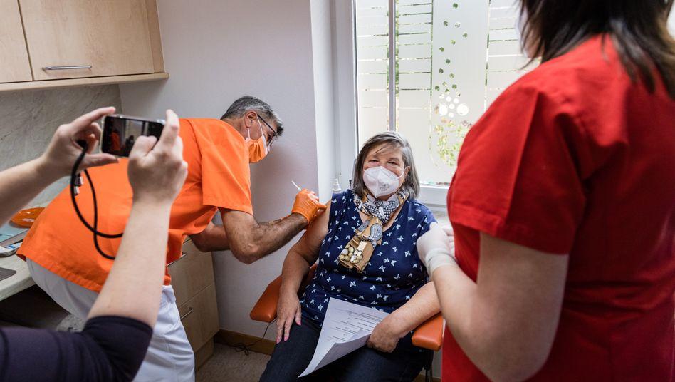 Eine der ersten und vorerst letzten Impfungen beim Hausarzt mit AstraZeneca im sächsischen Dippoldiswalde