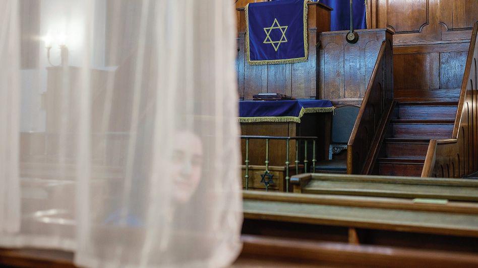 Gläubige Nelli R. im Gebetsraum der Synagoge