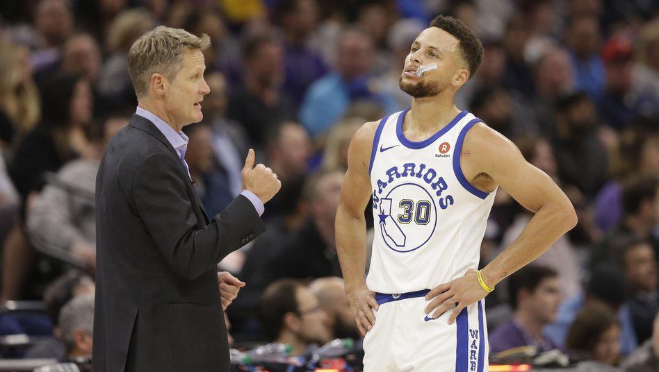 Warriors-Coach Steve Kerr (l.), Stephen Curry