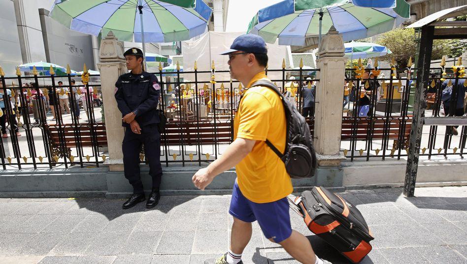 Polizist und Tourist in Bangkok