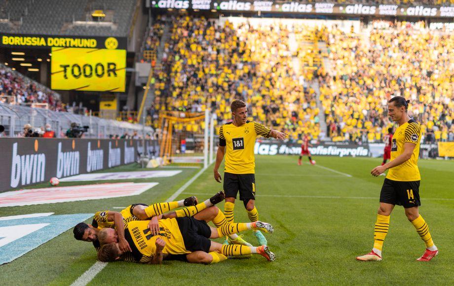 Marco Reus (am Boden liegend) jubelt mit seinen Mitspielern über einen Treffer gegen Frankfurt