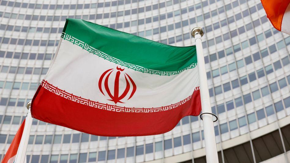 Iranische Flagge vor der Zentrale der IAEA in Wien