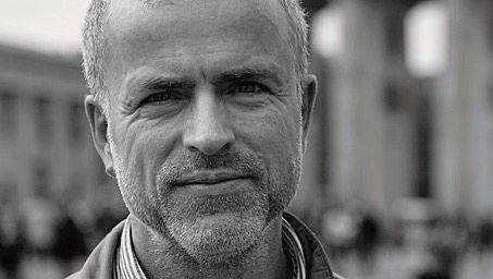 Stefan Berg wurde 1964 in Ost-Berlin geboren, schrieb in der DDR für Kirchenzeitungen, seit 1996 beim SPIEGEL. 2008 wurde bei ihm Morbus Parkinson diagnostiziert.
