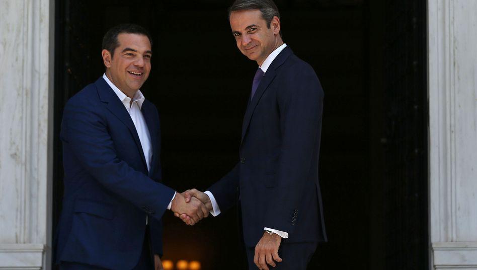 Kyriakos Mitsotakis (r.) schüttelt die Hand seines Vorgängers Alexis Tsipras