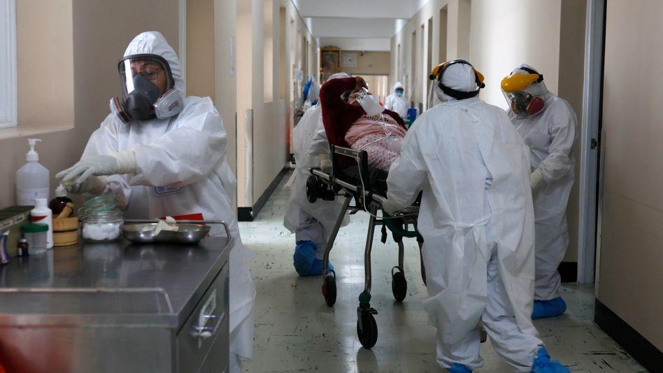 In einem Krankenhaus in Peru versorgen Mitarbeiter einen Covid-19-Patienten