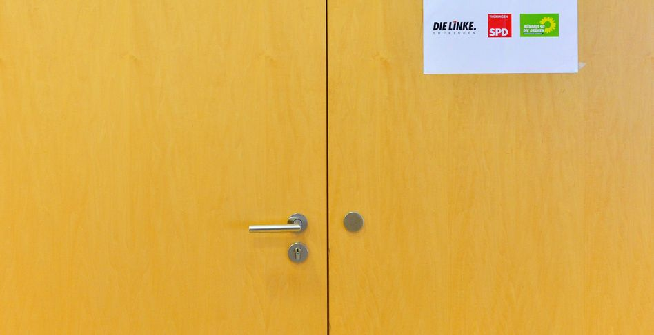 Verschlossene Tür mit Parteilogos: Eine mögliche Regierungsbeteiligung der Linken spaltet Anhänger von Grünen und SPD (Archivbild)