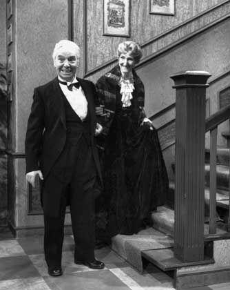 """""""The same procedure as every year"""", fordert Miss Sophie. """"Well - I'll do my very best!"""", sagt James und verschwindet mit der 90-Jährigen"""