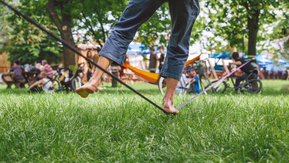 Slackline: Balancieren im Stadtpark