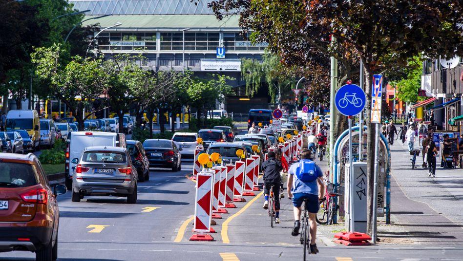 Pop-up-Radwege wie hier in Kreuzberg-Friedrichshain sollten dem Radverkehr kurzfristig mehr Platz im Straßenraum verschaffen