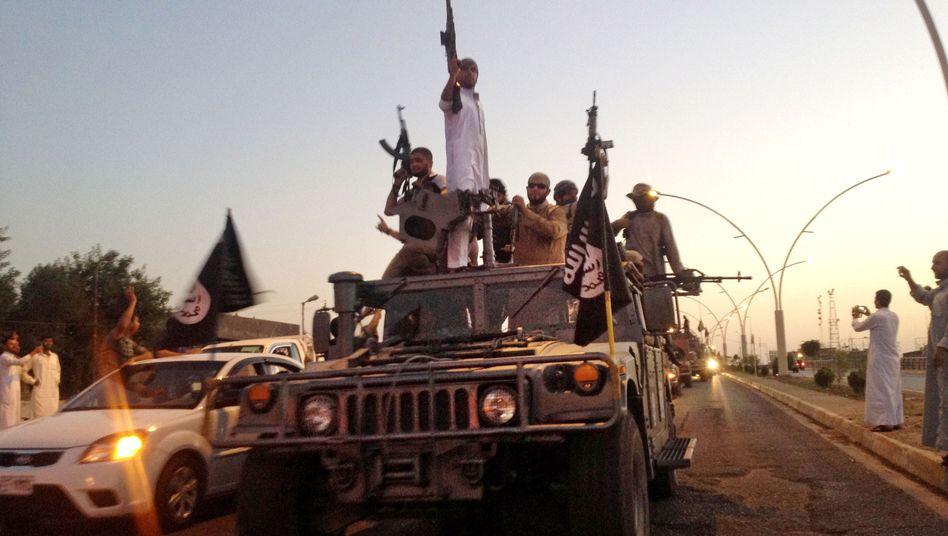 """Aufmarsch der Radikalen: Im Juni zogen Kämpfer des """"Islamischen Staates"""" in Mossul ein (Archivbild)"""
