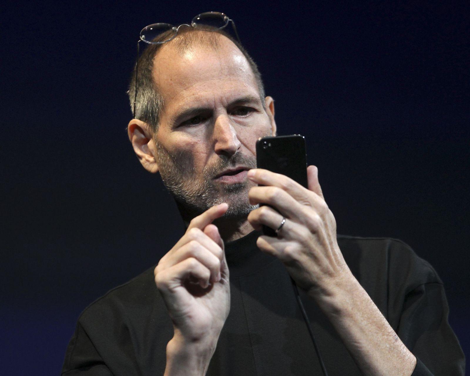 Steve Jobs iPhone 4 Brille hochgeschoben