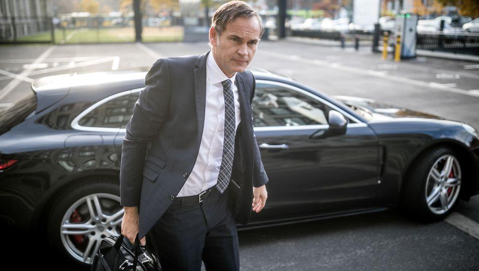 Porsche-Chef Oliver Blume auf dem Weg zu einem Treffen mit Verkehrsminister Scheuer (Archivbild)