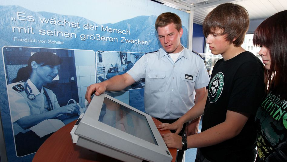 Soldat auf Werbetour bei Jugendlichen: Tausende von Einsätzen in Schulklassen