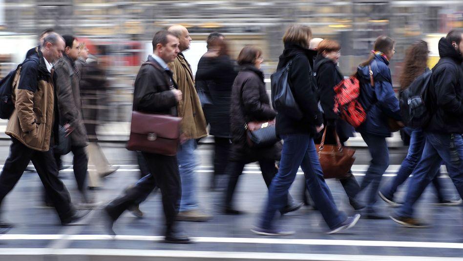 Passanten in Frankfurt (Archivbild): Nur eine Minderheit zahlt den Spitzensteuersatz