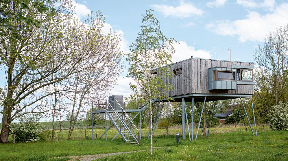 Hochklettern und Runterkommen: Baumhaushotel des Elbinselhofs Krautsand