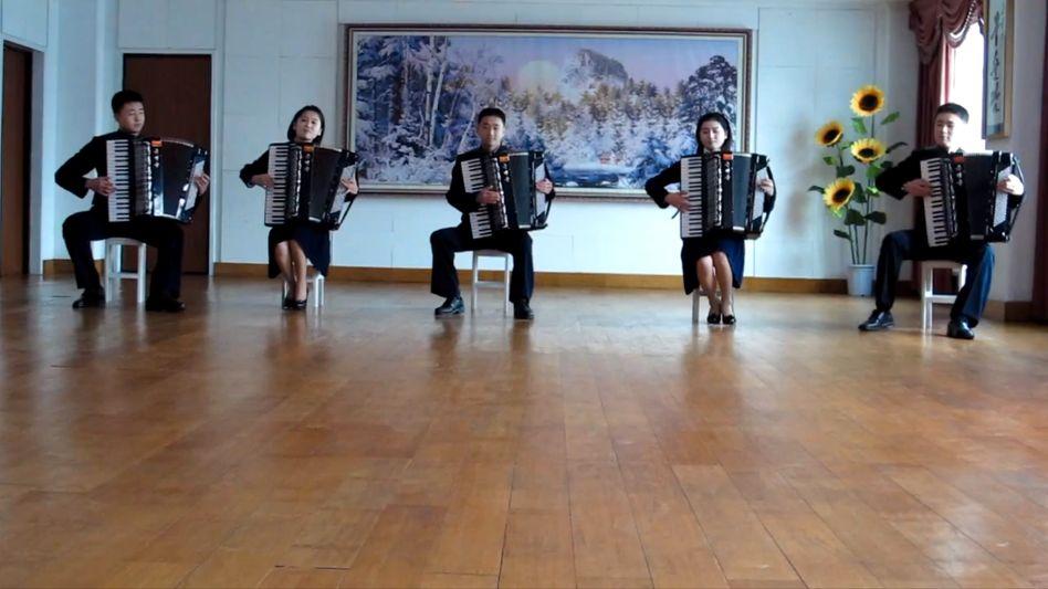 "Nordkoreanische Akkordeon-Combo in Pjöngjang: ""Take on Me"" von a-ha mal anders"