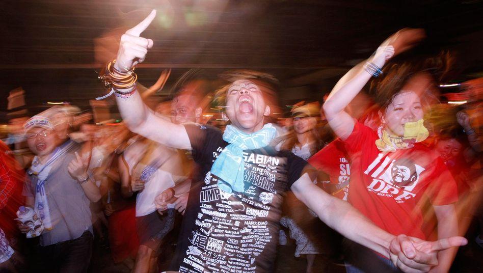 Junge Japaner tanzen: Vermutlich dürfen sie das bald auch wieder nachts