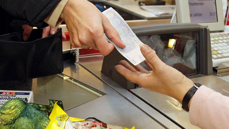 Kundin an der Supermarktkasse: Gestiegene Preise fressen Lohnerhöhungen auf
