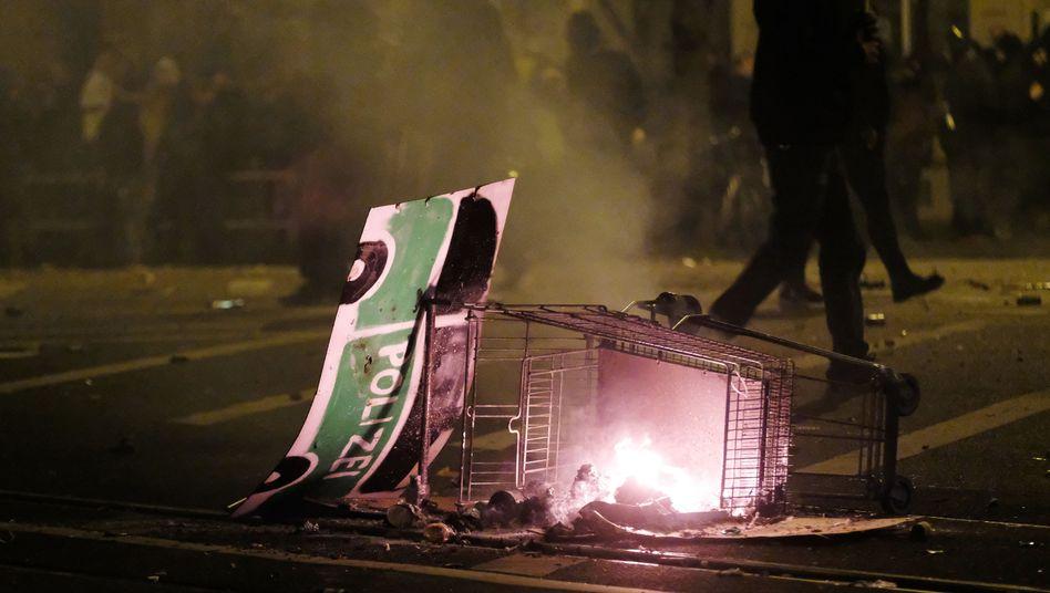 Connewitz: Dieser als Streifenwagen dekorierte Einkaufswagen trug laut Polizei zur Eskalation bei